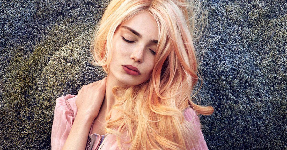 Kurze blonde haare mit roten strahnen