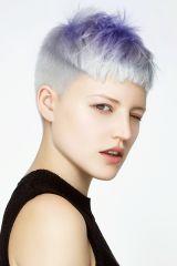 Eine Frisur für kurzes Haar, die durch ihren akurat geschnittenen Pony auffällt. Die Farbkombi aus Grau und Pastelltönen sorgt für zusätzliche Highlights.
