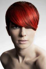 Raffiniert und unkompliziert zugleich ist dieser Haarschnitt für kurzes, glattes Haar, dem die knallige Farbe das gewisse ungewöhnliche Etwas verleiht.